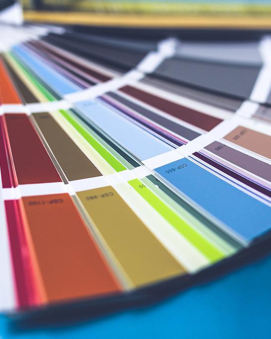bunter Farbfächer liegt offen auf einem Tisch