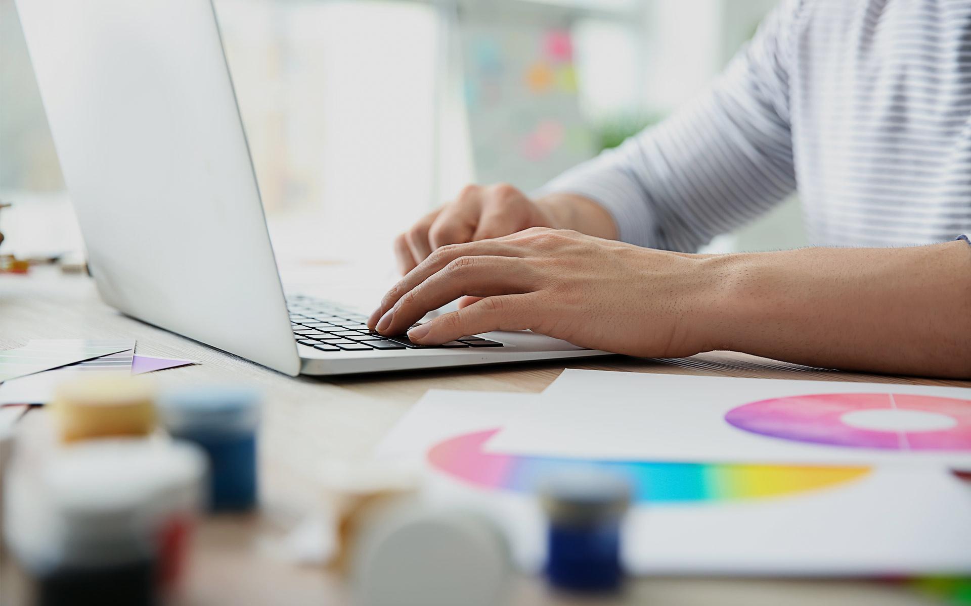 Mann arbeitet kreativ am Schreibtisch