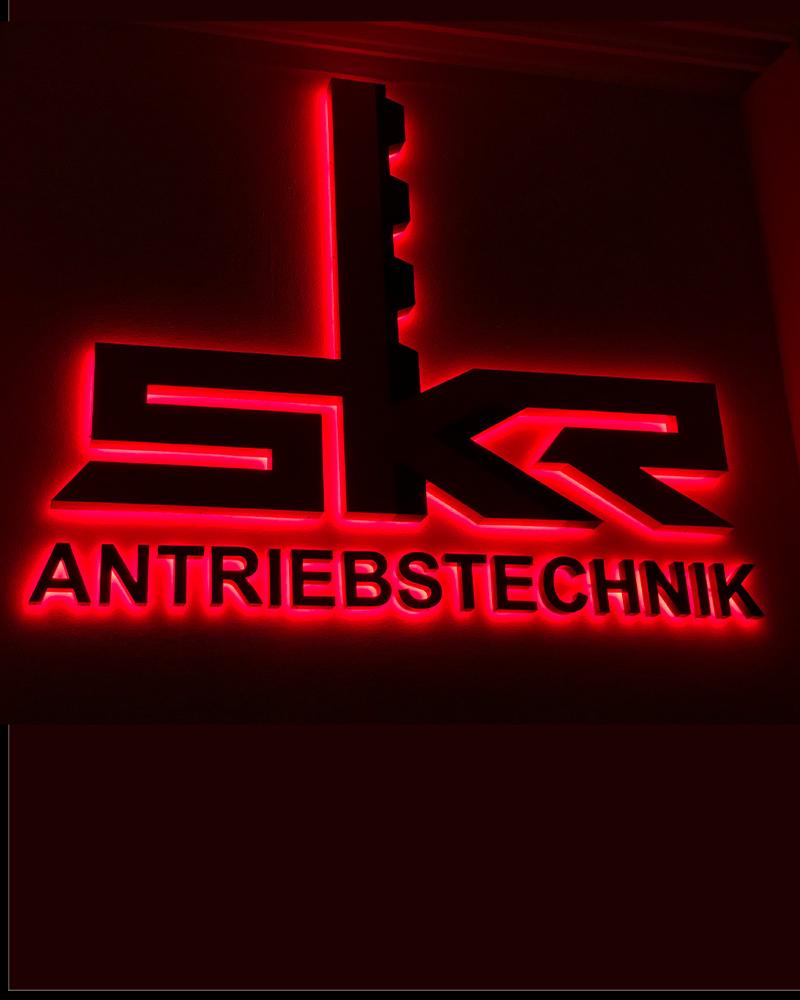 Rote Lichtwerbung der Firma SKR Antriebstechnik