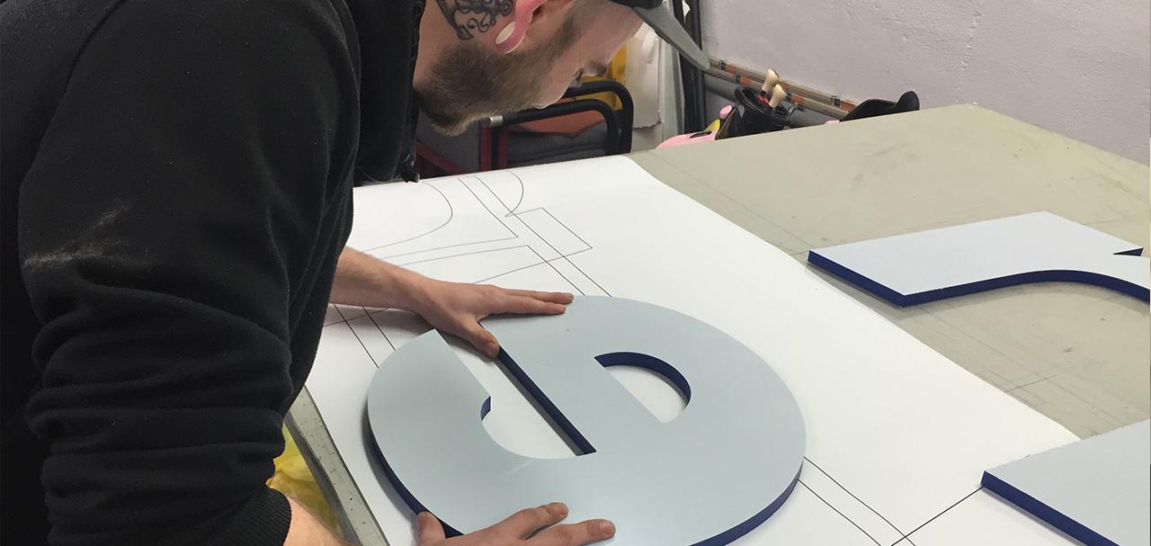 Montagearbeiten eines Fräsbuchstaben in der Werkstatt